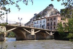 Situado junto al río Ega , en un rincón único de la ciudad de Estella-Lizarra